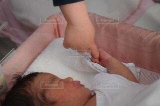 手,指,手持ち,人物,人,赤ちゃん,こども,幼児,ポートレート,新生児,誕生,ライフスタイル,初めて,手元,ベッド