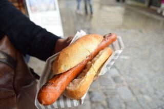 食べ物,手,手持ち,人物,人,おいしそう,ドイツ,おいしい,ポートレート,ホットドッグ,ライフスタイル,手元,本場