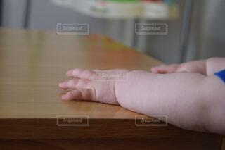 手,手持ち,机,人物,赤ちゃん,幼児,ポートレート,つかまり立ち,ライフスタイル,手元