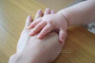 親子,手,手持ち,人物,赤ちゃん,幼児,ポートレート,ライフスタイル,手元