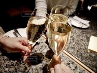 食べ物,屋内,手持ち,人物,人,食器,ワイン,お祝い,ポートレート,乾杯,ドリンク,ライフスタイル,手元