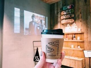 カフェ,コーヒー,手持ち,人物,カップ,珈琲,ポートレート,ドリンク,ライフスタイル,テイクアウト,手元