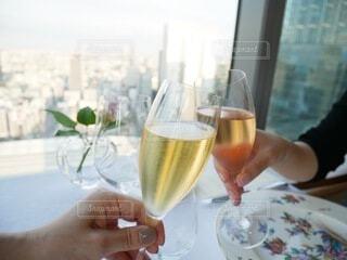 お酒,ジュース,窓,手持ち,テーブル,人物,食器,ワイン,お祝い,ポートレート,乾杯,ドリンク,ダイニングテーブル,ライフスタイル,手元,飲料,飲む