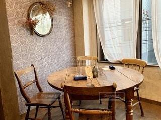 ウッドテーブルの写真・画像素材[3905486]