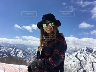 女性,自然,空,冬,雪,サングラス,帽子,山,女,人,スキー,ゴーグル,寒い,運動,スノボ,ゲレンデ,スキー場,スノーボード,斜面,板,ウィンタースポーツ,ウインタースポーツ,滑る,スポーツ用品