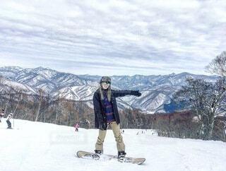 女性,自然,空,冬,雪,山,女,人,スキー,寒い,運動,スノボ,ゲレンデ,スキー場,スノーボード,斜面,板,ウィンタースポーツ,ウインタースポーツ,滑る,スポーツ用品