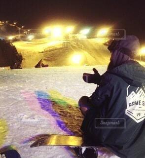 女性,自然,空,冬,夜,雪,後ろ姿,山,女,人,スキー,ゴーグル,寒い,運動,スノボ,ゲレンデ,スキー場,スノーボード,斜面,板,ウィンタースポーツ,ナイト,ウインタースポーツ,滑る,スポーツ用品