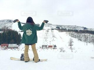 女性,自然,空,冬,雪,後ろ姿,山,女,人,スキー,ゴーグル,寒い,運動,スノボ,ゲレンデ,スキー場,スノーボード,斜面,板,ウィンタースポーツ,ウインタースポーツ,滑る,スポーツ用品