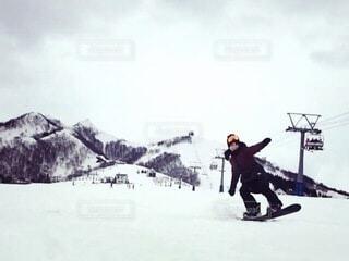 女性,自然,空,冬,雪,山,女,人,スキー,ゴーグル,寒い,運動,スノボ,ゲレンデ,スキー場,スノーボード,斜面,板,ウィンタースポーツ,ウインタースポーツ,滑る,スポーツ用品