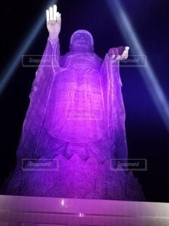 舞台の前に紫色の光が当たっての写真・画像素材[3632959]