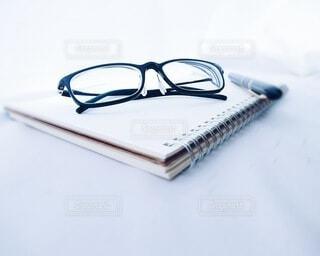 ノートと眼鏡と万年筆の写真・画像素材[3726358]