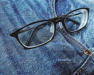 眼鏡とデニムの写真・画像素材[3733246]
