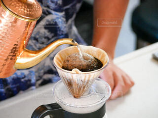 カフェ,コーヒー,デザート,テーブル,人物,リラックス,人,カップ,おうちカフェ,ドリンク,おうち,ライフスタイル,おうち時間