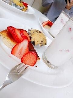 食べ物の皿をテーブルの上に置くの写真・画像素材[4378373]