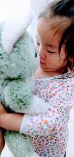 子ども,風景,屋内,かわいい,景色,少女,ぬいぐるみ,人物,人,赤ちゃん,幼児,少し,人間の顔