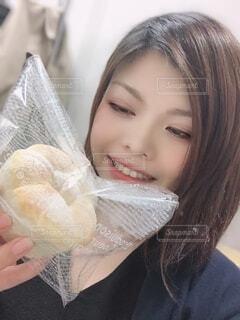 女性,食べ物,自撮り,パン,プレゼント,手持ち,人物,人,笑顔,ポートレート,ライフスタイル,手元,職場,人間の顔