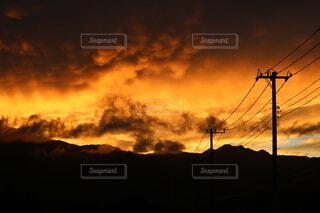 自然,風景,空,屋外,雲,夕焼け,夕暮れ,山,電線,日の出,マジックアワー,くもり,景観,ゴールデンアワー,バック グラウンド,燃え上がる空