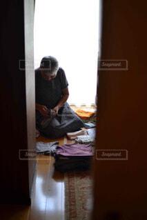 働き者のおばあちゃんを引き戸から覗いての写真・画像素材[4439741]