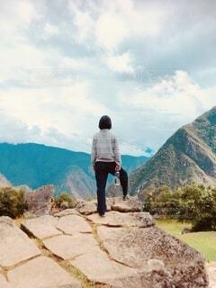 自然,風景,空,屋外,水,山,女,手持ち,岩,人物,ペットボトル,ポートレート,ハイキング,ライフスタイル,草木,手元,履物,岩の前に立つ女