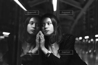 鏡に映る自分の写真・画像素材[826596]