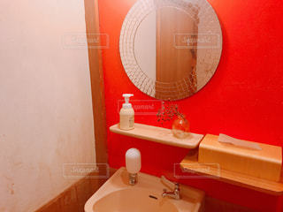 赤い扉付きのバスルームの写真・画像素材[1009060]