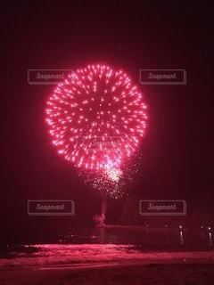 海上の花火の写真・画像素材[3635331]