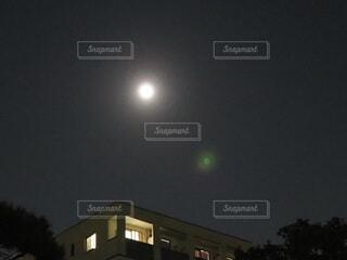 マンションの上にある月の写真・画像素材[3740326]