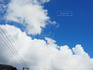 青空に伸びてきた雲の写真・画像素材[3786786]