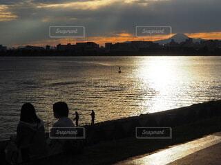 水の体に沈む夕日の写真・画像素材[3794086]