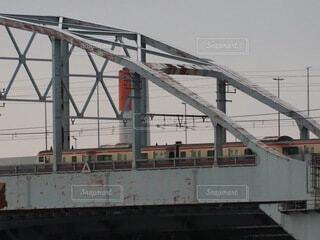 橋の上の大きな長い列車の写真・画像素材[3794092]