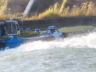水しぶきをあげながら進むボートの写真・画像素材[3828145]