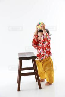 赤,黄色,女の子,椿,楽しい,手持ち,人物,ボール,和服,ポートレート,ツバキ,1歳,ライフスタイル,手元,まり,鞠,袴風