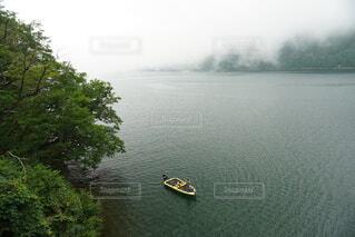 湖に浮かぶボートの写真・画像素材[3698482]