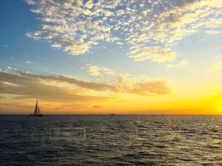 夕陽へ向かうヨットの写真・画像素材[3638445]