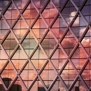 ビル窓に映る夕焼けの写真・画像素材[3645367]