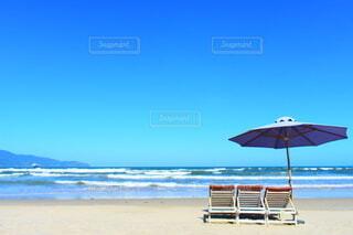 ビーチで傘を閉じるの写真・画像素材[3786658]