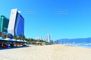 背景に都市のあるビーチの写真・画像素材[3786659]