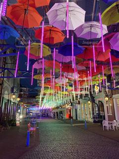 店の前にカラフルな傘の写真・画像素材[3643226]