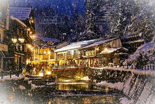 雪降る温泉街の写真・画像素材[3650643]