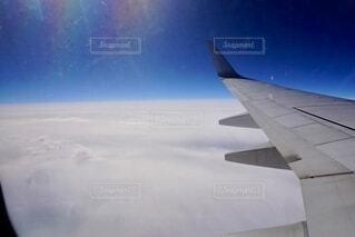 雲の上を飛んでいる飛行機の写真・画像素材[3676547]