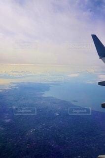 空中を高く飛ぶ大型飛行機の写真・画像素材[3676552]