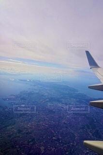 空中を高く飛ぶ大型飛行機の写真・画像素材[3679220]