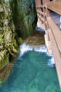 きれいな水と洞窟の写真・画像素材[3683373]