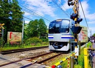 鉄の線路上の列車の写真・画像素材[3689723]