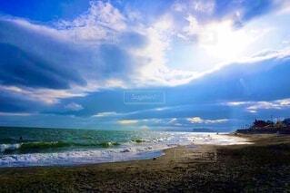 雲から差し込む光の写真・画像素材[3689742]