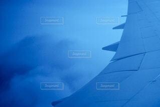 空を飛んでいる飛行機の写真・画像素材[3691019]