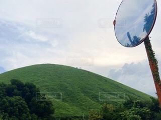山とミラーに映る空の写真・画像素材[3653072]