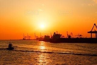 水の体に沈む夕日の写真・画像素材[3659434]