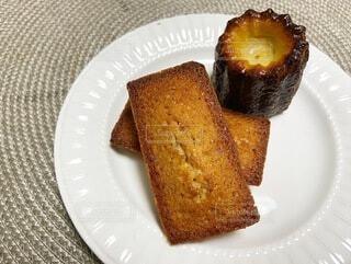 皿の上のケーキの写真・画像素材[3688882]