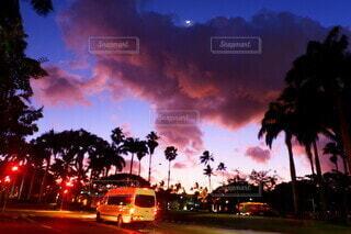 街の通りに沈む夕日の写真・画像素材[3688889]